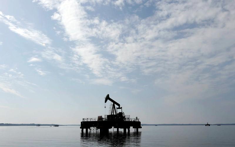Oil dips as short-term demand outlook weakens