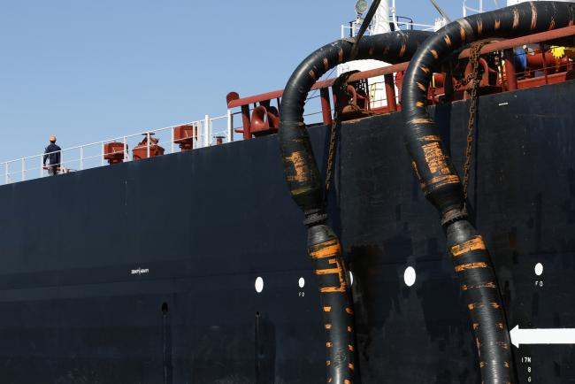 Oil Peeks Above  a Barrel Amid Conflicting Signals on Glut